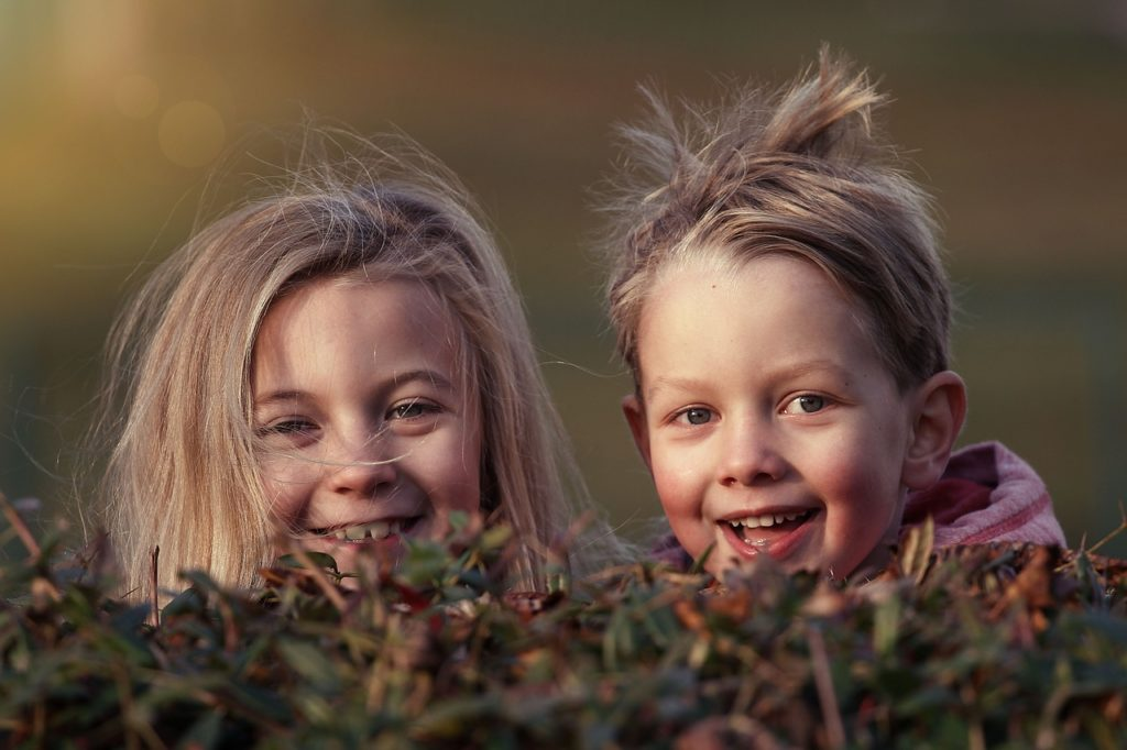 Zwei Kinder Lächeln